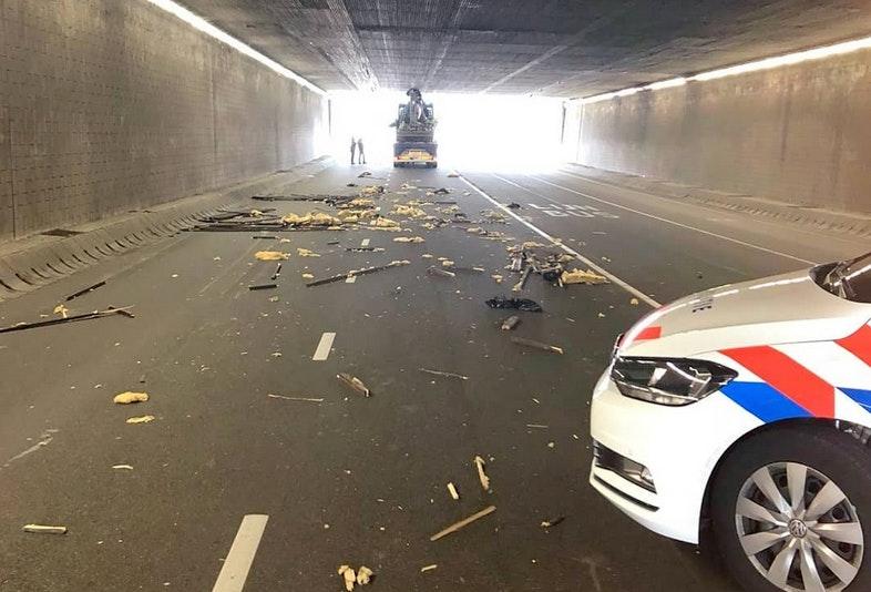 Te hoge vrachtwagen maakt schade in Daalsetunnel