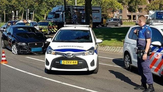 Botsing tussen taxi en personenauto op Kardinaal de Jongweg