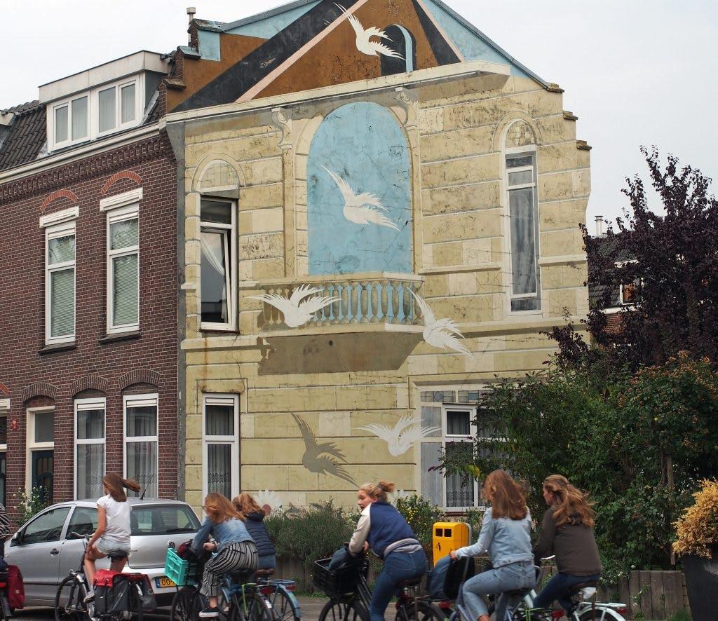 Kunst aan gebouwen: Gezichtsbedrog in de Vogelenbuurt
