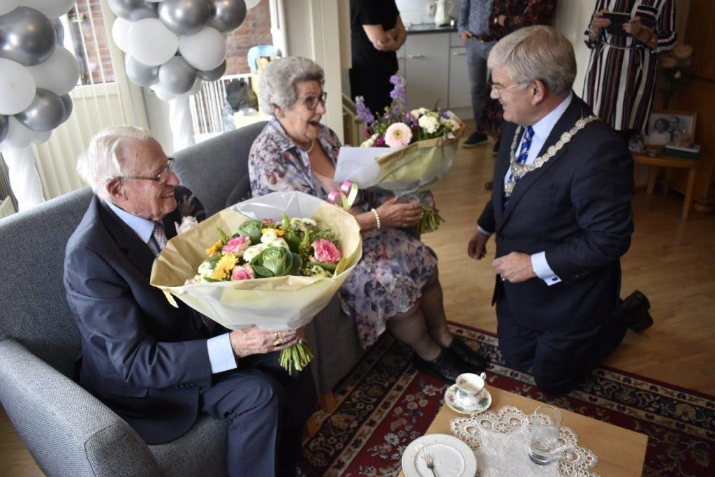 Burgemeester Van Zanen op bezoek bij platina echtpaar Jan en Annie Heus