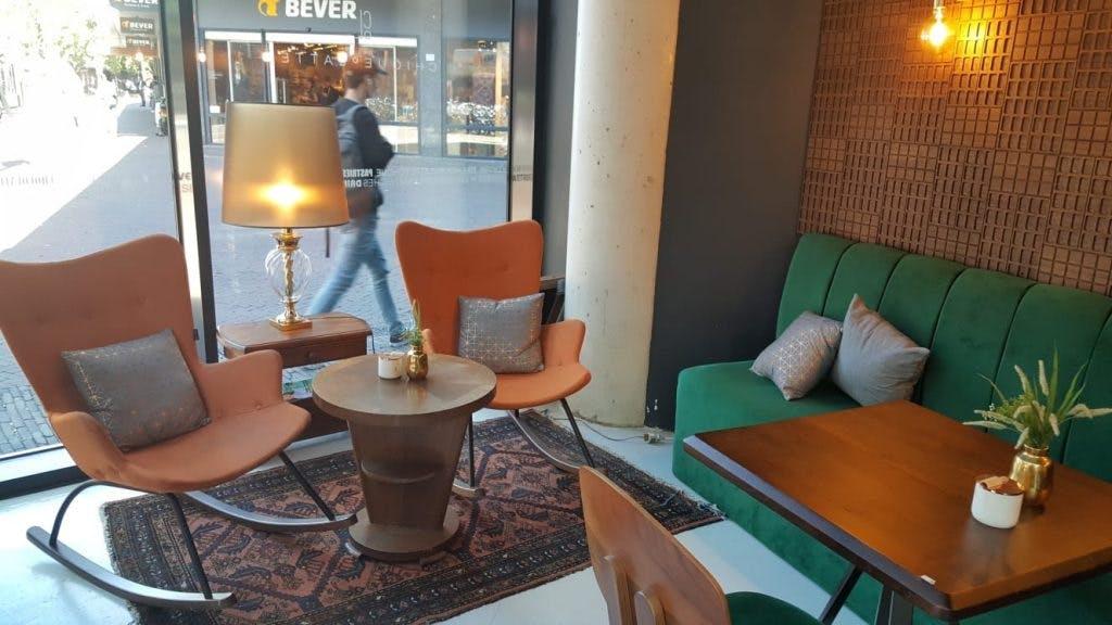 Jette en Jildou drinken koffie bij ChiqueOLatte: 'Een verwarrende veelheid aan lekkers'