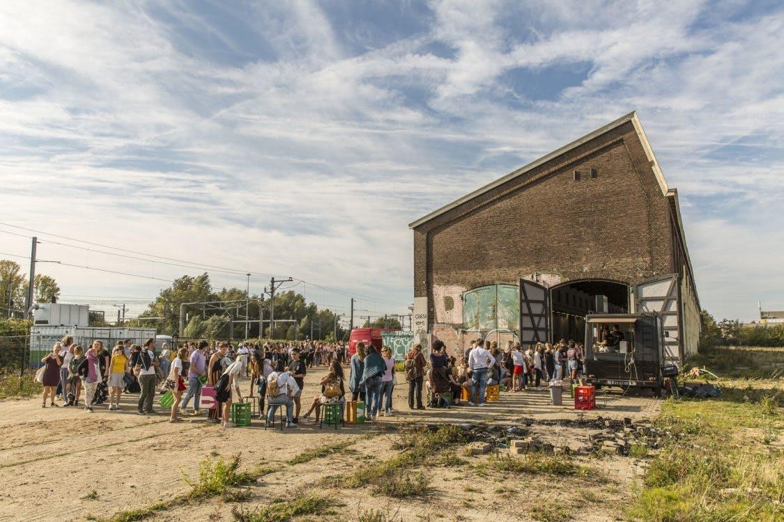 Koopjesjagers staan uren in de rij voor de Vintage Kilo Sale