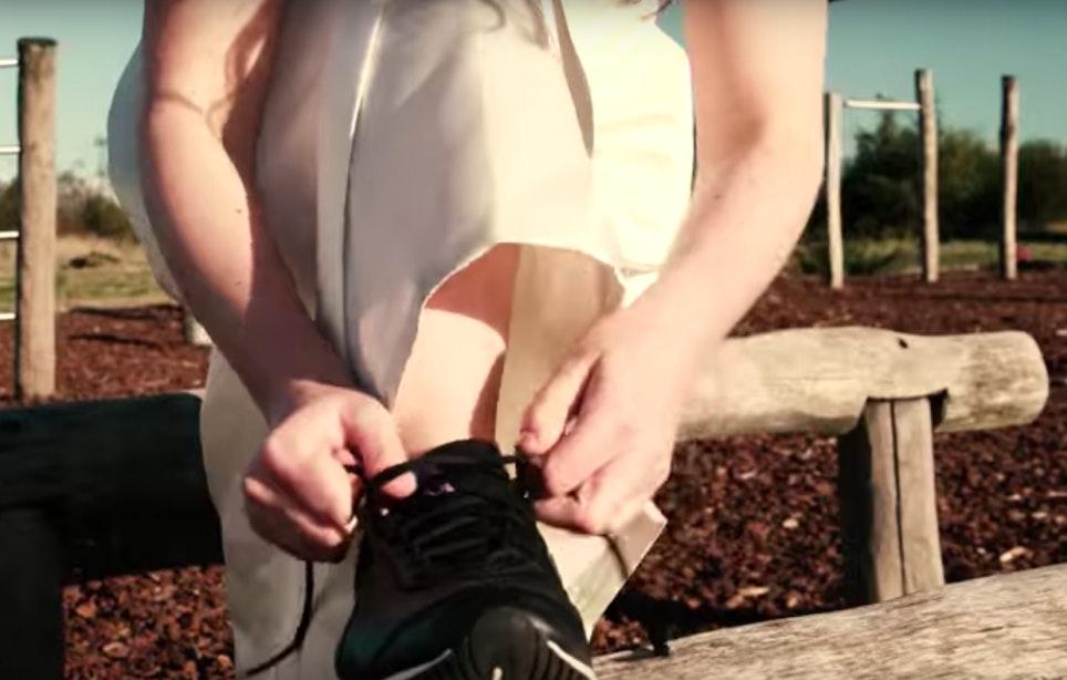 Wilhelminapark omgetoverd tot parcours 'Bruidsrun'; deelnemers gaan strijd aan in bruidsjurk