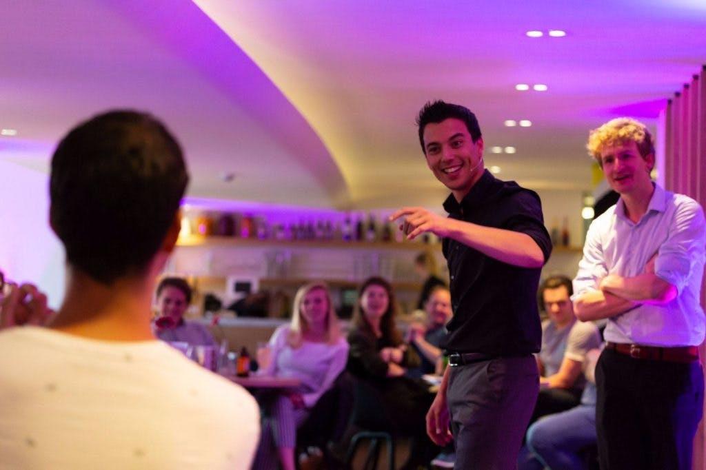 Dagtip: Pubquiz met comedy in de Stadsschouwburg