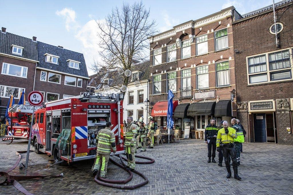Racende Utrechter hoeft verkeersboetes niet te betalen na brand in huis Domplein