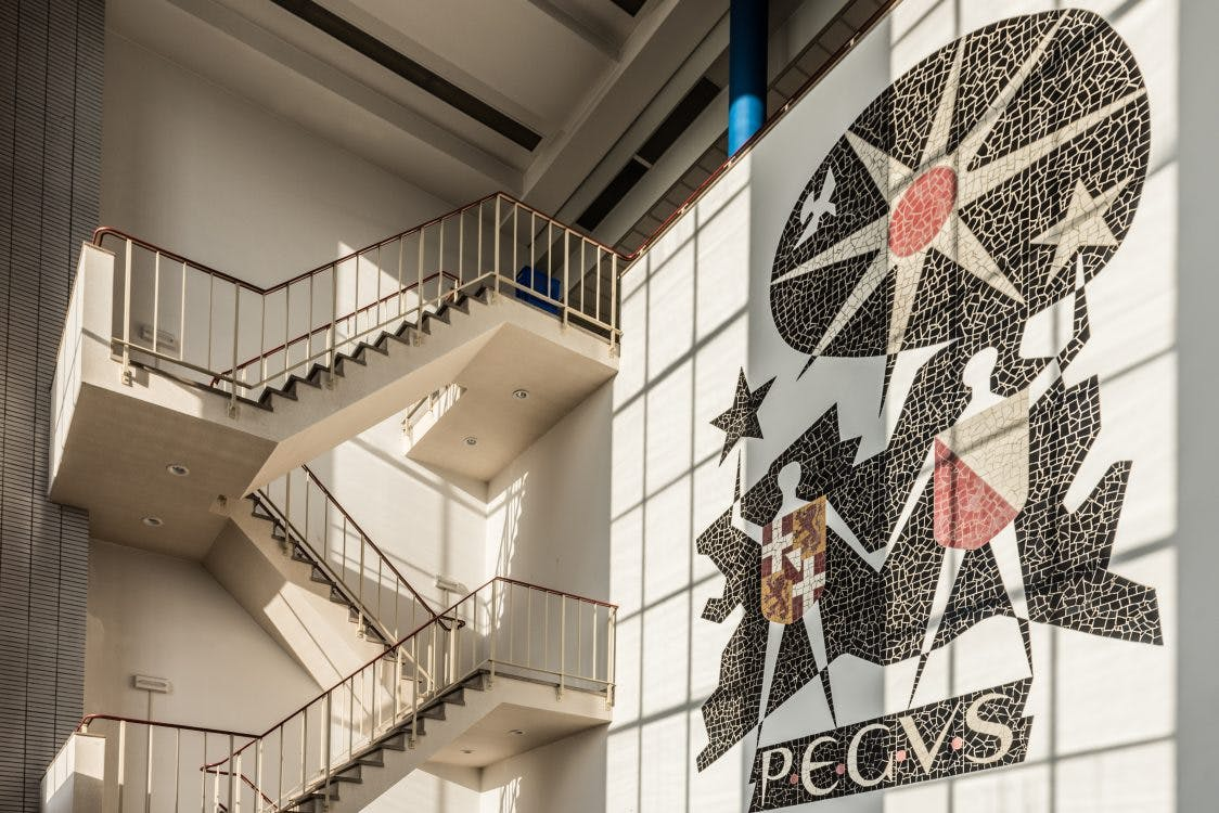 Kunst aan gebouwen: Energiek mozaïek in Centrale Lage Weide