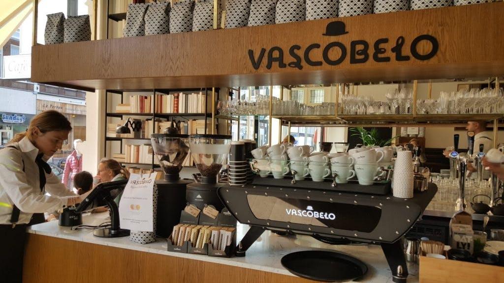 Jette & Jildou drinken koffie bijVascobelo aan de Nachtegaalstraat