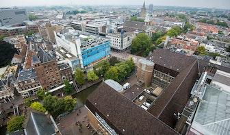Politie zoekt getuigen van man die mogelijk vuurwapen in Oudegracht gooit