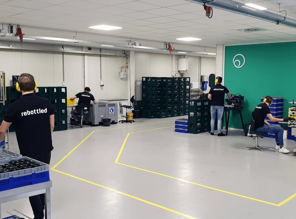 Glazen van lege wijnflessen: de Rebottled Factory Utrecht is geopend