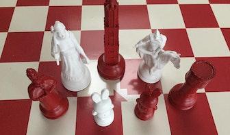 VVD-raadslid André van Schie ontwerpt Utrechts schaakspel als afscheidscadeau