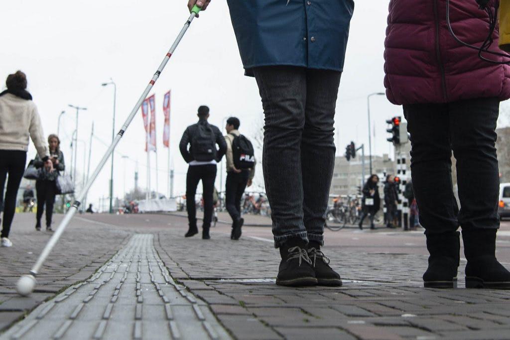 Blind wandelen langs de grachten in Utrecht voor oogonderzoek
