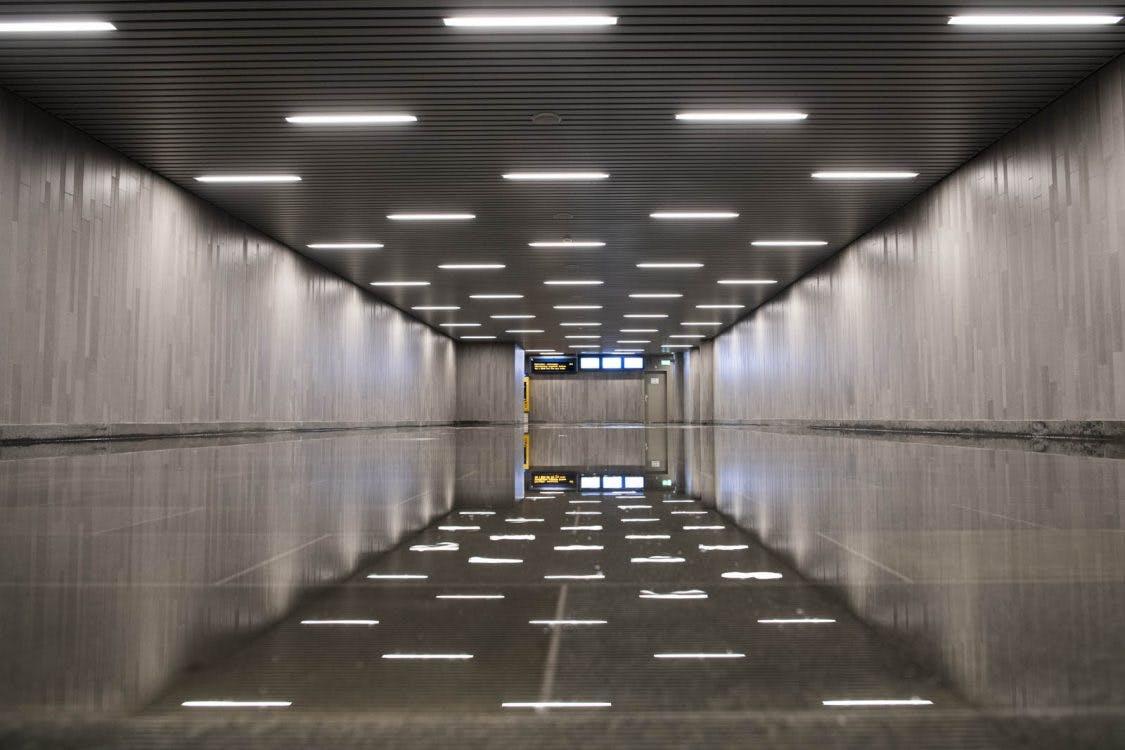 Gesprongen leiding Utrecht Centraal zorgt voor natte voeten en fraaie spiegelbeelden