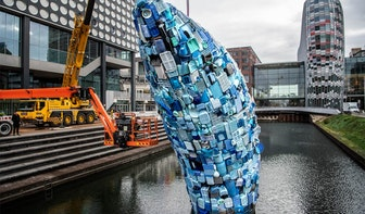 Elf meter hoge plastic walvis in Catharijnesingel gearriveerd