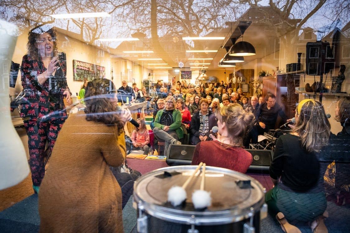 Bezoekers Culturele Zondag Nieuwjaarsduik trotseren code geel