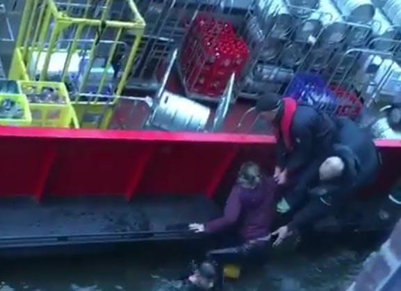 Verwarde man springt in de Oudegracht