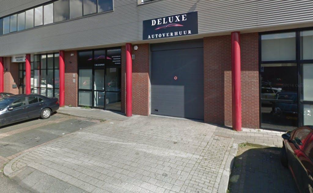 Burgemeester Jan van Zanen sluit beschoten pand op bedrijventerrein Overvecht