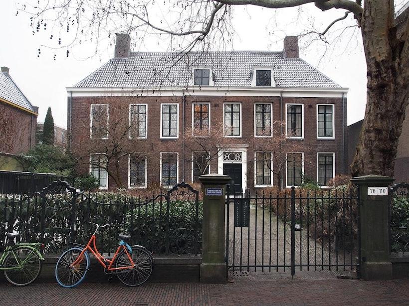 Het IJzeren Hek: patriciërshuis met een voorplein