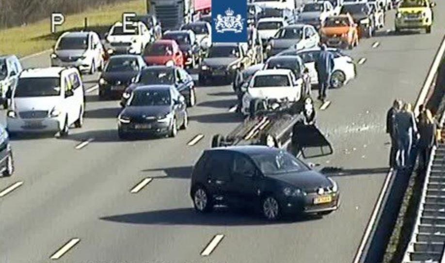 Auto over de kop op de A12 bij Utrecht