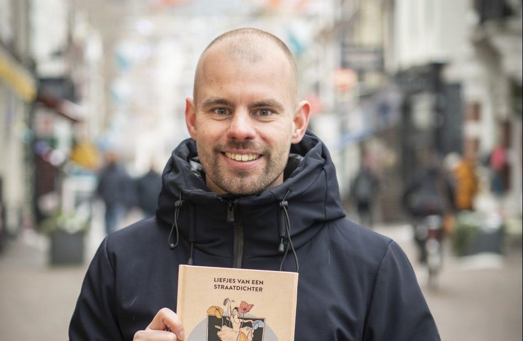 Straatdichter Sjaak Kroes maakt bundel: 'Een cadeau, iets liefs, leuks en aaibaars'