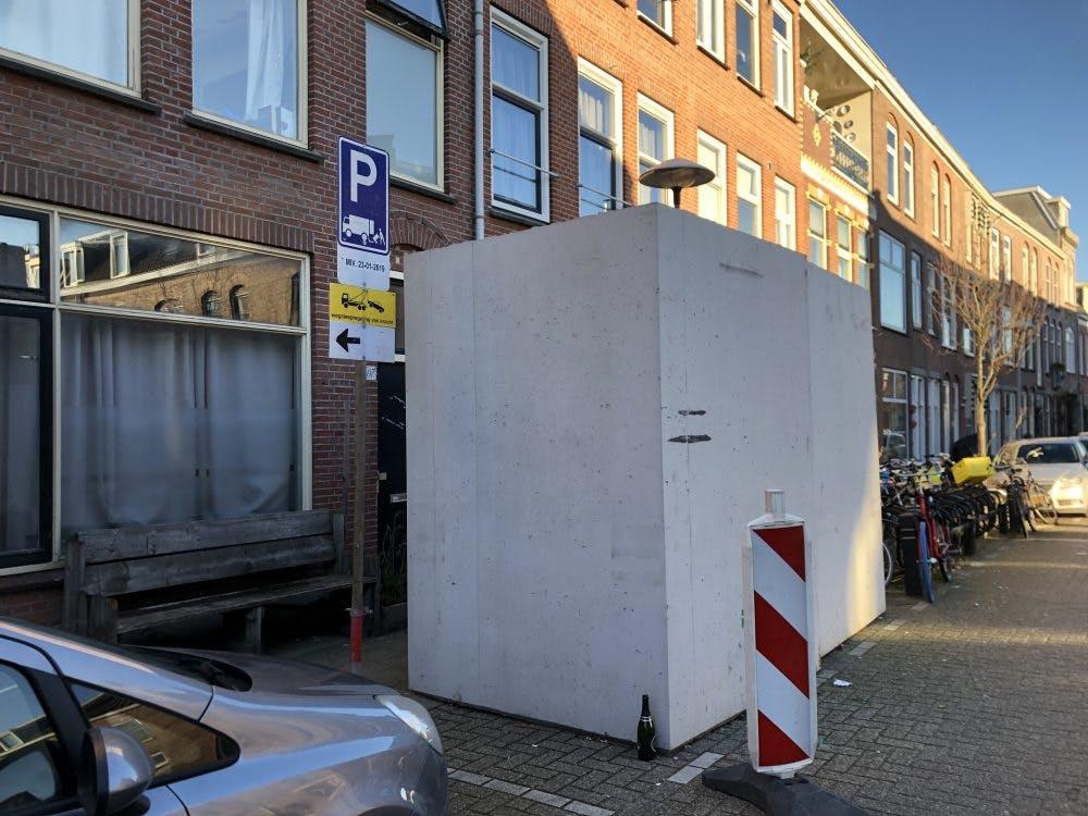 Verontwaardiging over betonnen bakken voor het raam in Tuinwijk