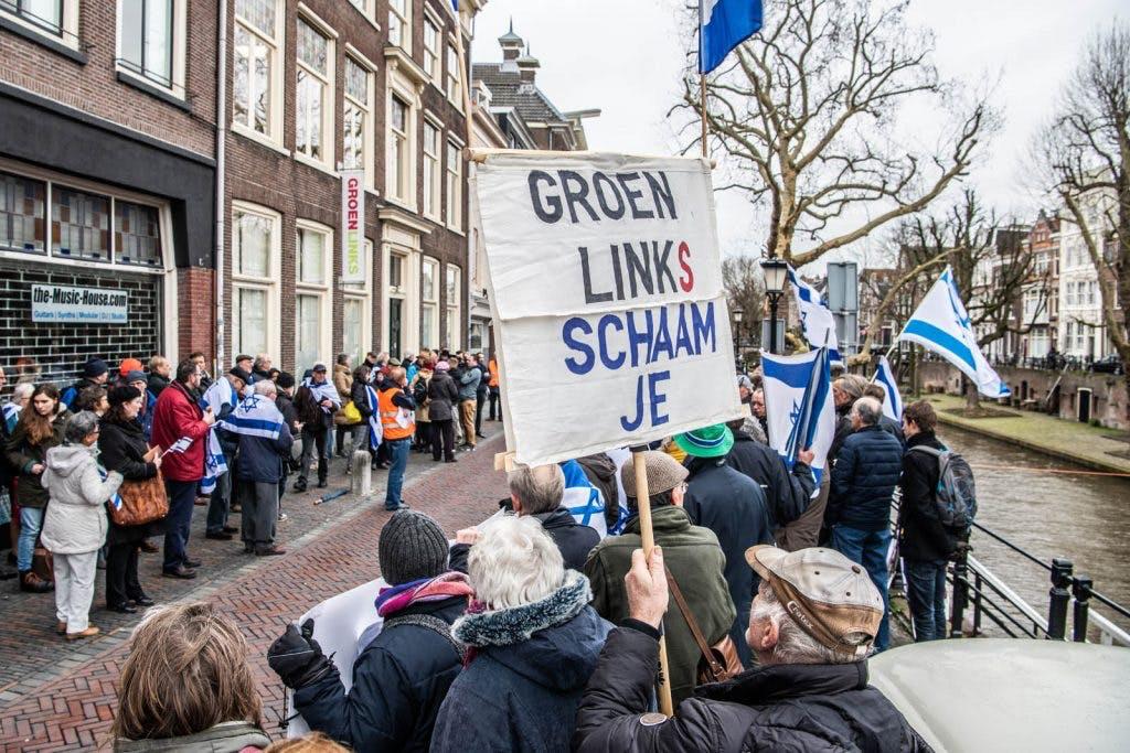 Tientallen demonstranten bij landelijk bureau aan de Oudegracht: 'GroenLinks heeft foute vrienden'