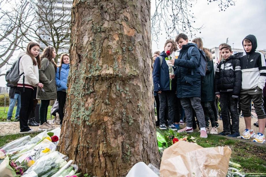 Utrecht wordt wakker na zwarte dag; Bloemen gelegd bij 24 Oktoberplein en vlaggen halfstok