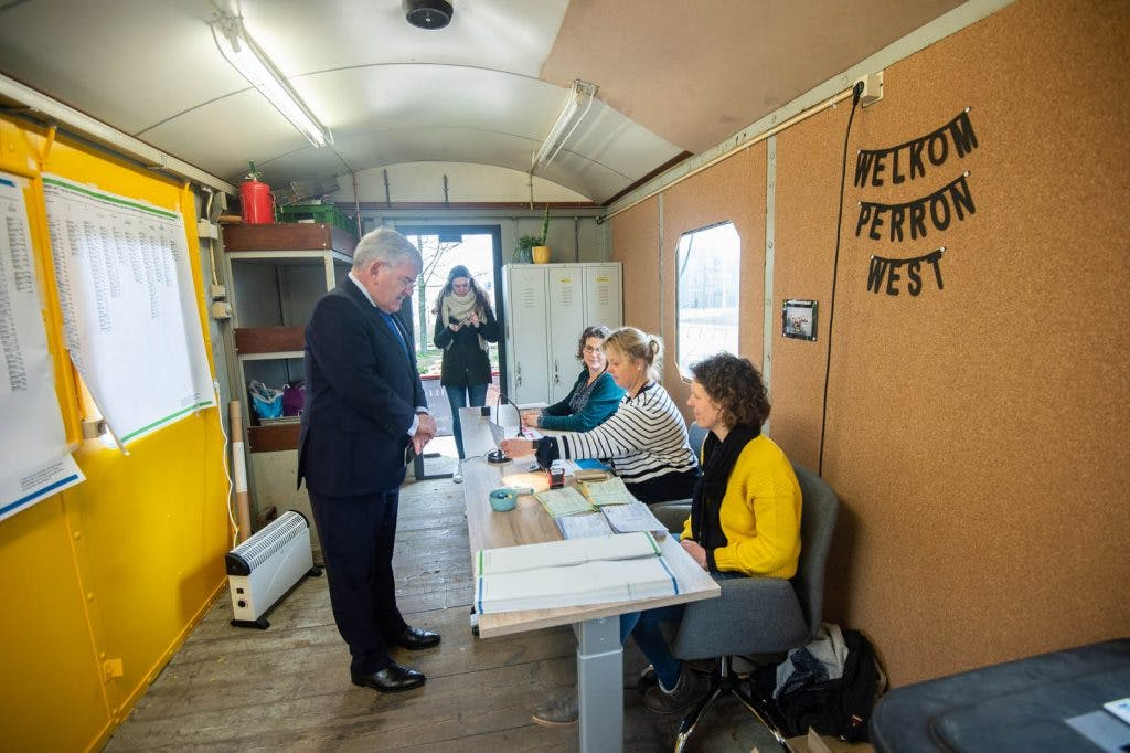 Burgemeester Jan van Zanen brengt met gemende gevoelens stem uit