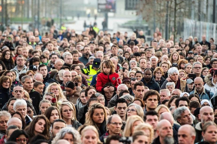 Duizenden mensen bij stille tocht voor slachtoffers tramaanslag: 'Utreg buigt nooit'