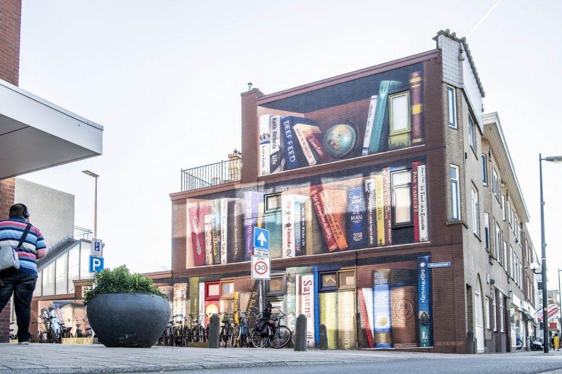 Gigantische boekenkast is nieuwste muurschildering in Utrecht
