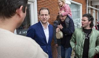 Lodewijk Asscher bezoekt bewoners Croeselaan