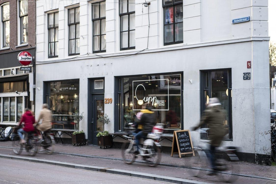 Jette & Jildou drinken koffie bij Cupp aan de Nobelstraat