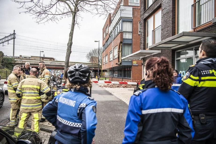 Vrachtwagen ramt gevel van gebouw aan de Amsterdamsestraatweg