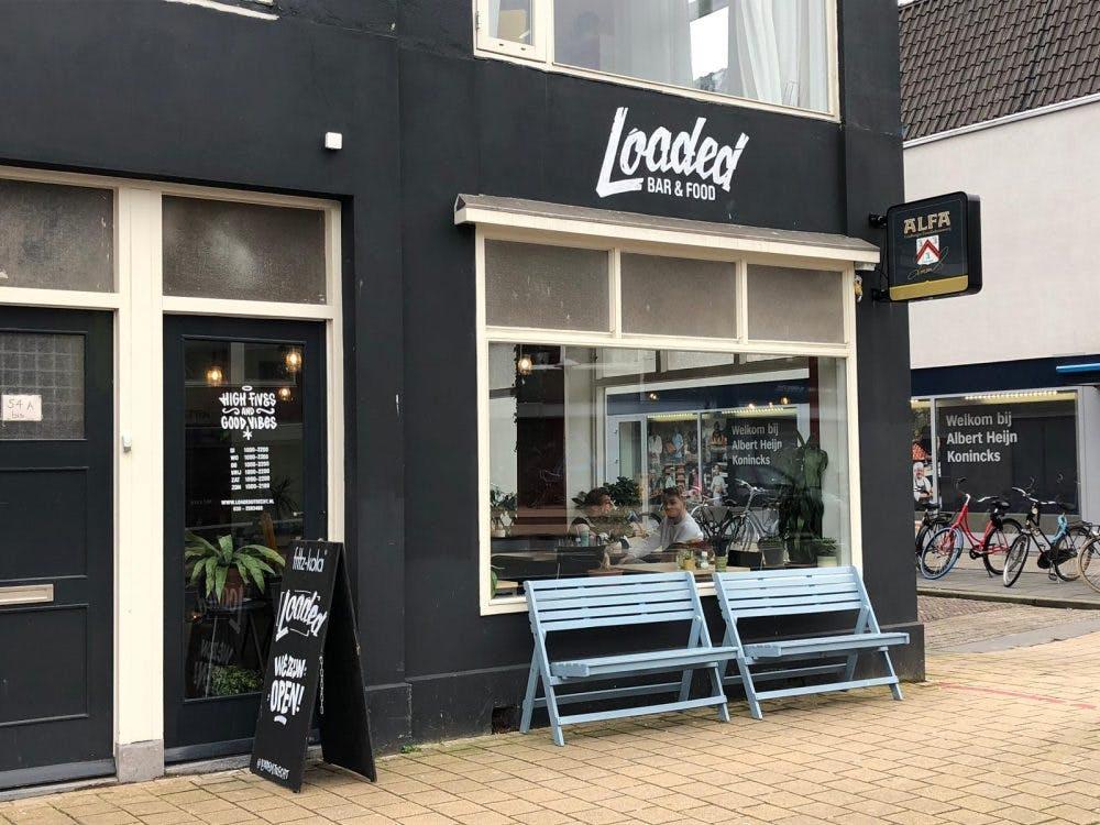 Jette en Jildou drinken koffie bij Loaded: Festivalpannenkoeken met zicht op de Straatweg