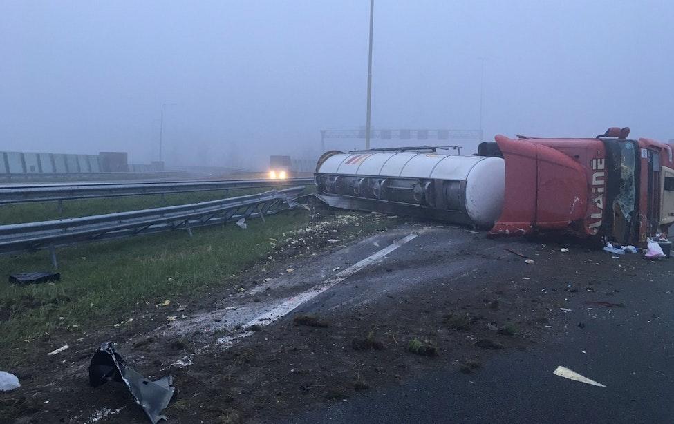 Flinke vertraging richting Utrecht door gekantelde tankwagen met olijfolie