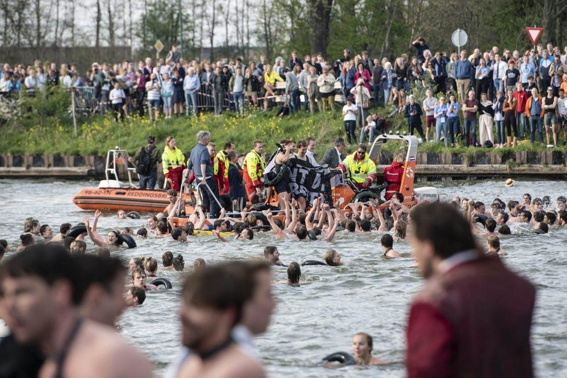 Studenten bij Triton ziek na sprong in het Amsterdam-Rijnkanaal
