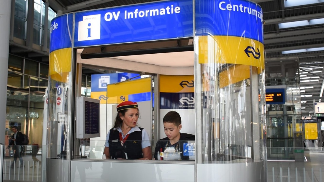 Wens van Thomas (9) komt uit: reizigers voorzien van informatie op station Utrecht Centraal