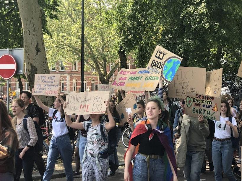 Honderden scholieren lopen klimaatmars door Utrecht