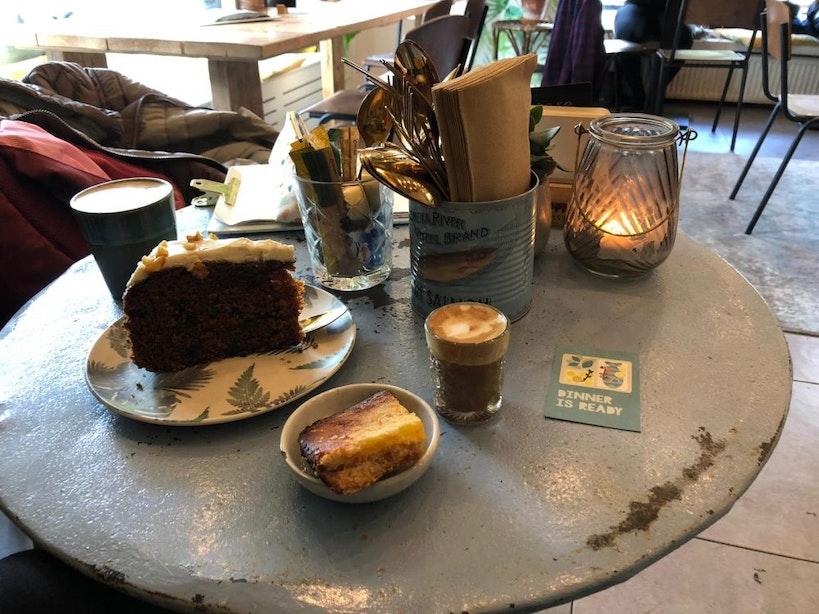 Jette en Jildou drinken koffie bij Tijm: 'Buiten maar toch binnen in de jungle'