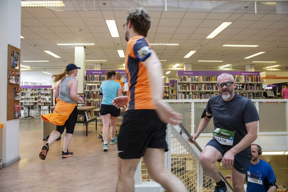 Foto's: Hardlopen door de bibliotheek tijdens Urban Trail Utrecht