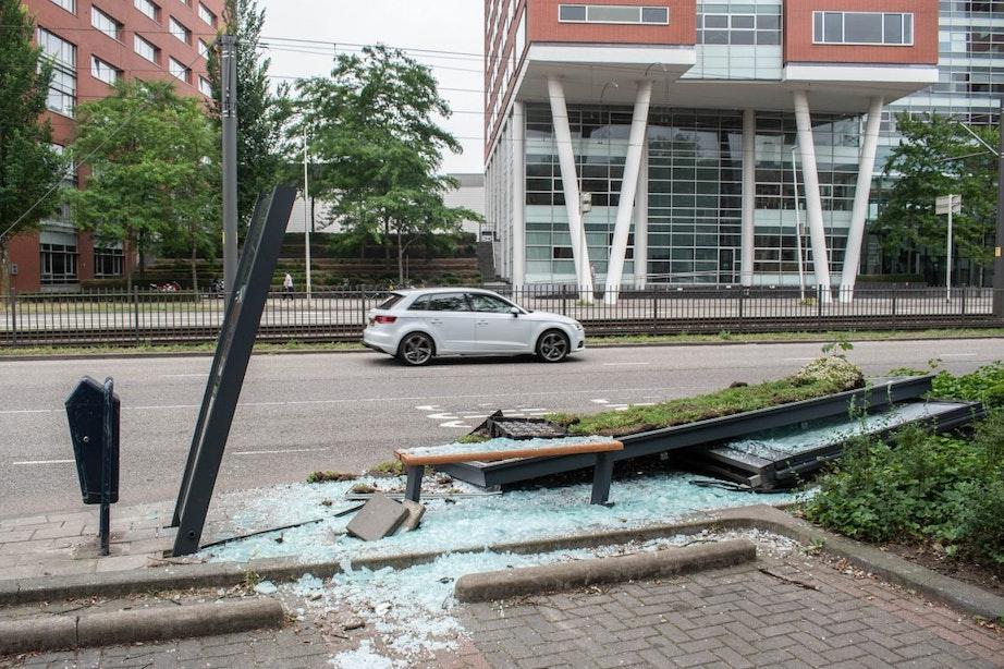 Bushokje bij halte Graadt van Roggenweg totaal vernield
