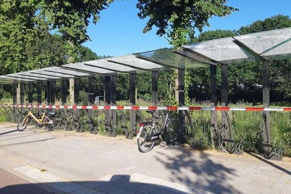 Meerdere ruiten van nieuwe fietsenstalling ingeslagen