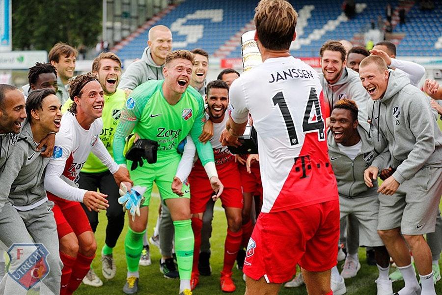 Justin Lonwijk bezorgt John van den Broms FC Utrecht eerste prijs