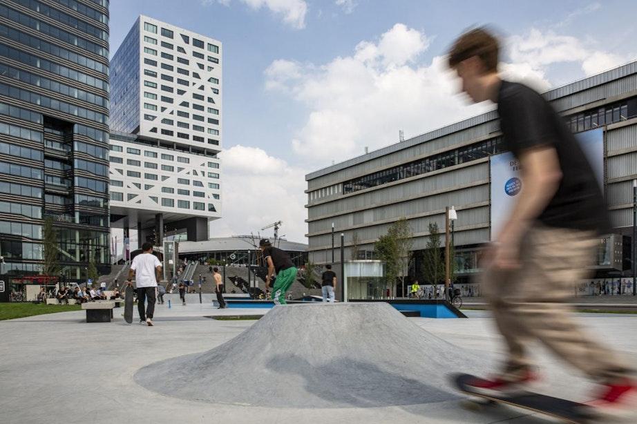 Gloednieuwe skatebaan Jaarbeursplein ingewijd door tientallen skaters