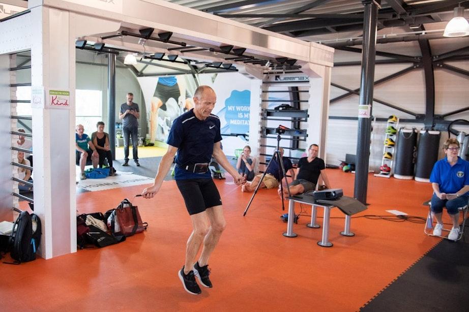 Utrechter Rob Rijk breekt wereldrecord touwtjespringen: 13.273 in een uur