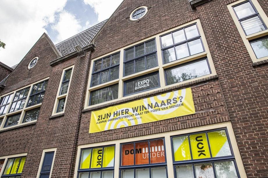 UCK uit via banner aan de gevel onvrede over gemeente Utrecht