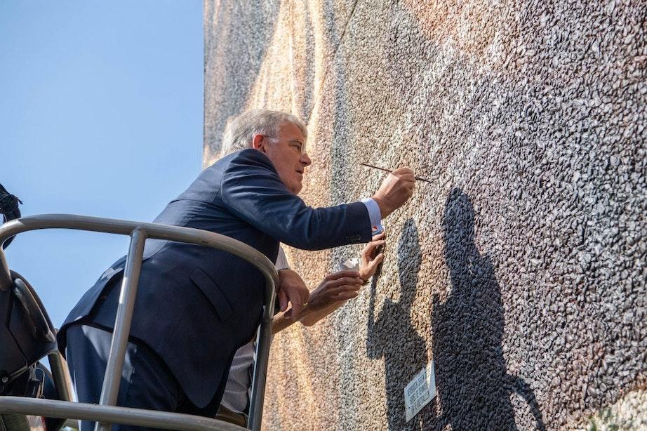 Burgemeester Jan van Zanen onthult 'indrukwekkende' muurschildering