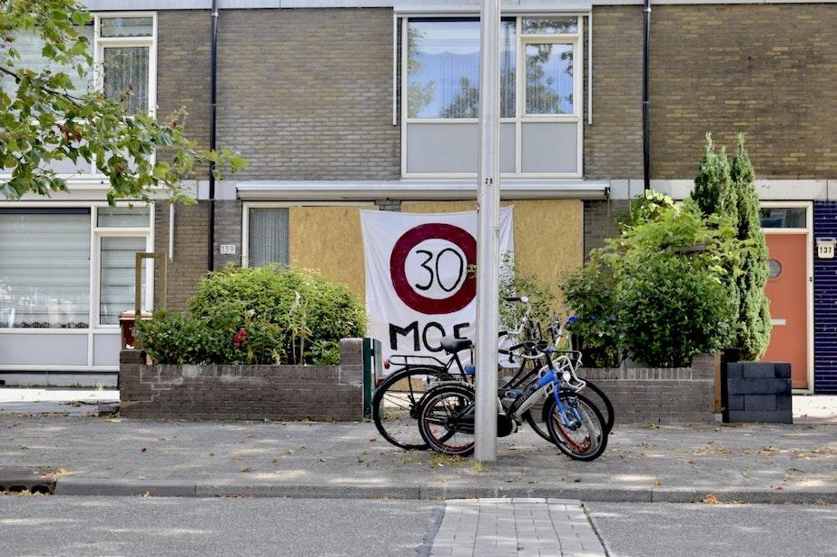 Betonblokken voor woning Overvecht om auto's te stoppen
