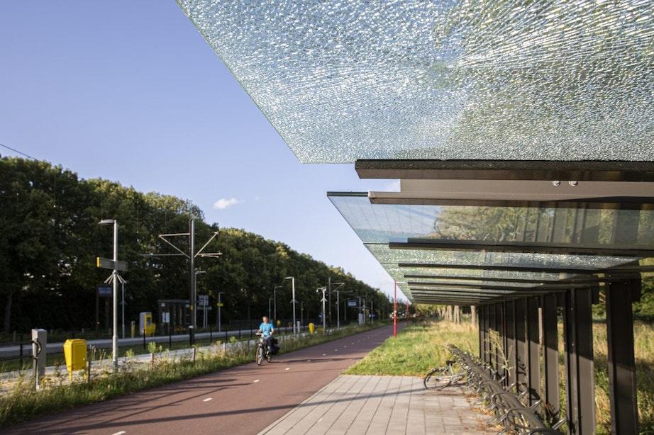 Vernielde ruiten nieuwe fietsenstalling na 6 weken nog steeds kapot
