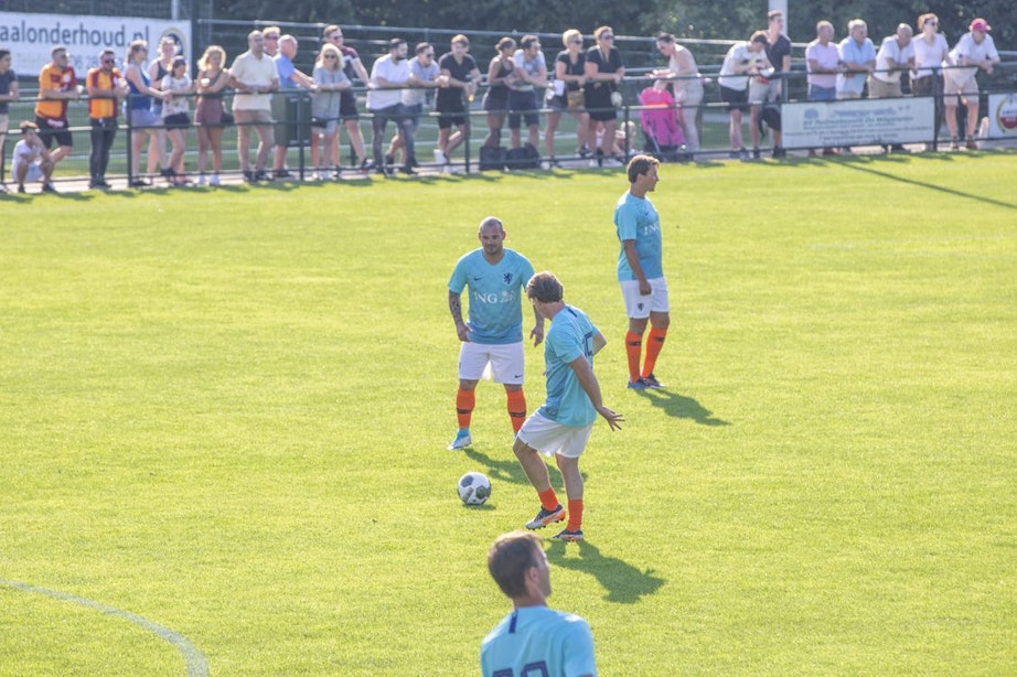 Sneijder debuteert als ex-international in Ondiep