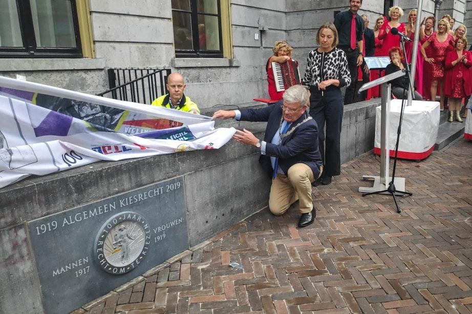 Gevelsteen bij stadhuis onthuld ter ere van 100 jaar kiesrecht